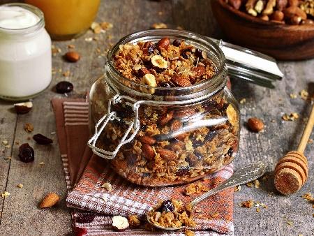 Рецепта за домашна гранола мюсли от овесени ядки, орехи, канела, мед, стафиди и сушени боровинки - снимка на рецептата